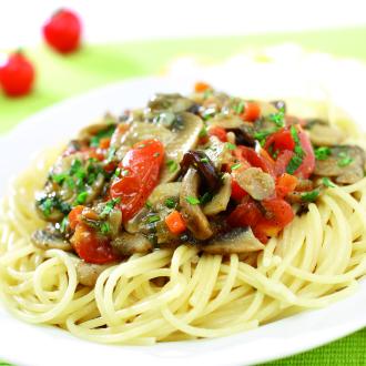 Špageti z mešanimi gobami in paradižnikom