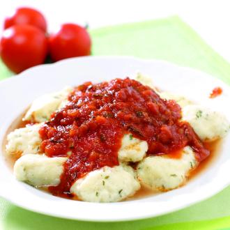 Skutni žličniki z zelenjavno omako