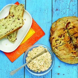 Kruh z rdečo čebulo in olivami