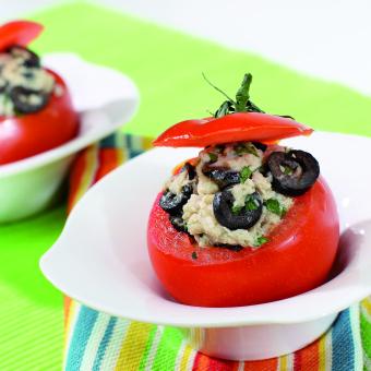 Polnjeni sveži paradižniki s tunino in olivami