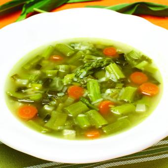 Zelenjavna juha s šparglji in čemažem