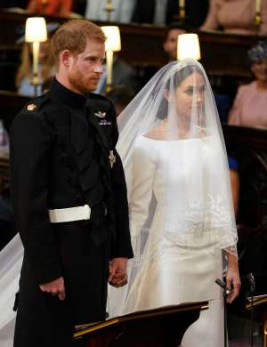 Harry in Meghan pred oltarjem.