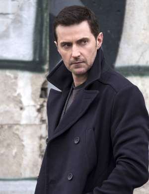 Richard Armitage v seriji Berlin Station.