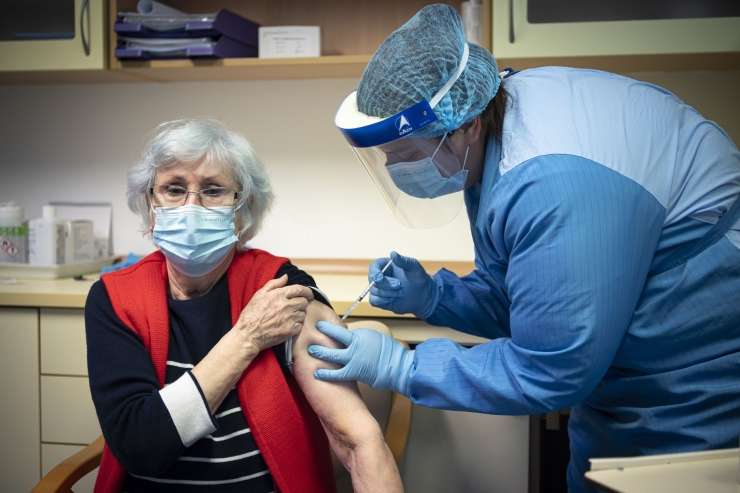 Infectologist Tomažič: Vaccination is a better protection against infection than disease