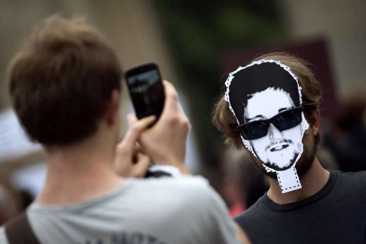 2013-07-04T172612Z_515797302_GM1E975038301_RTRMADP_3_USA-SECURITY-SNOWDEN.JPG