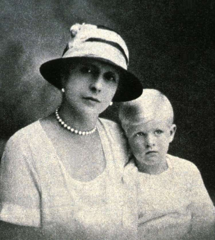 Prince Philip with Princess Alice of Greece 1924 Profimedia.jpg