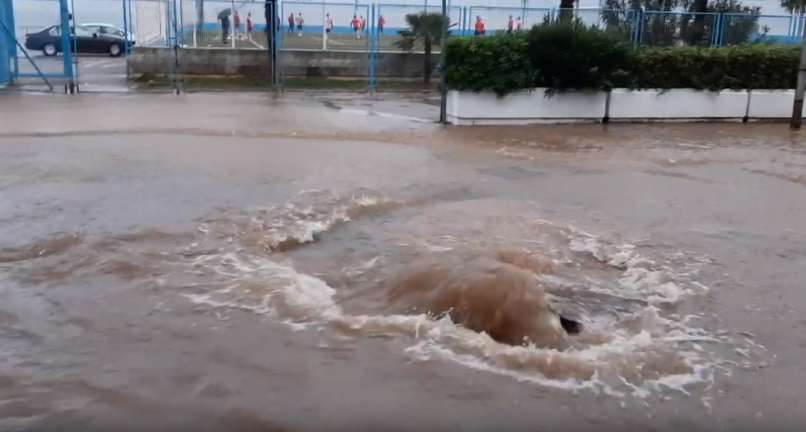 VIDEO: Reka Pod Vodo, Potonilo Nekaj Plovil, V